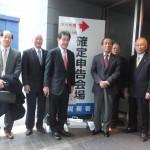 逢沢一郎議員(左から3人目)