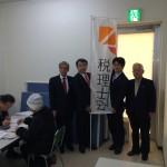赤澤亮正議員(右から3人目)、舞立昇治議員(右から2人目)