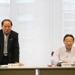 あいさつする小島会長(左)と幹事長