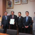 赤松広隆民進党議連会長に神津名誉会長から要望を手交
