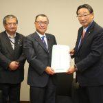 宮沢洋一自民党税調会長に小林幹事長から要望を手交
