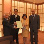 岸田文雄外務大臣に内藤政策委員長から要望を手交