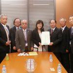 稲田朋美防衛大臣に小島会長から要望を手交