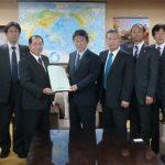 茂木敏充自民党政調会長に小島会長から要望を手交