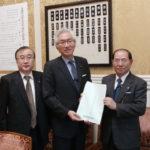 西田昌司自民党議連幹事長に要望書を手交