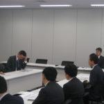 説明する山田政策委員長