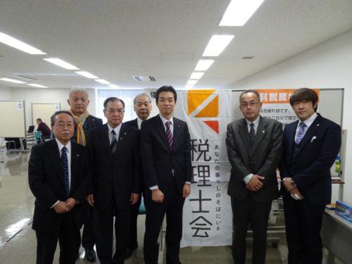 井野俊郎議員(右から3人目)