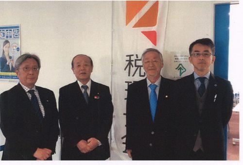 八木哲也議員(左2人目)