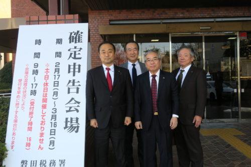 宮澤博行議員(左端)